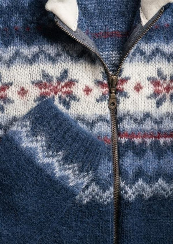 Cardigan Rós: Blue Cardigan with traditional white and red coloured rose pattern and fleecelined collar.