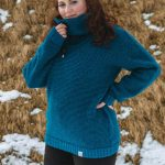 Sweater Sær: Teal coloured high-neck sweater with a fleecelined collar