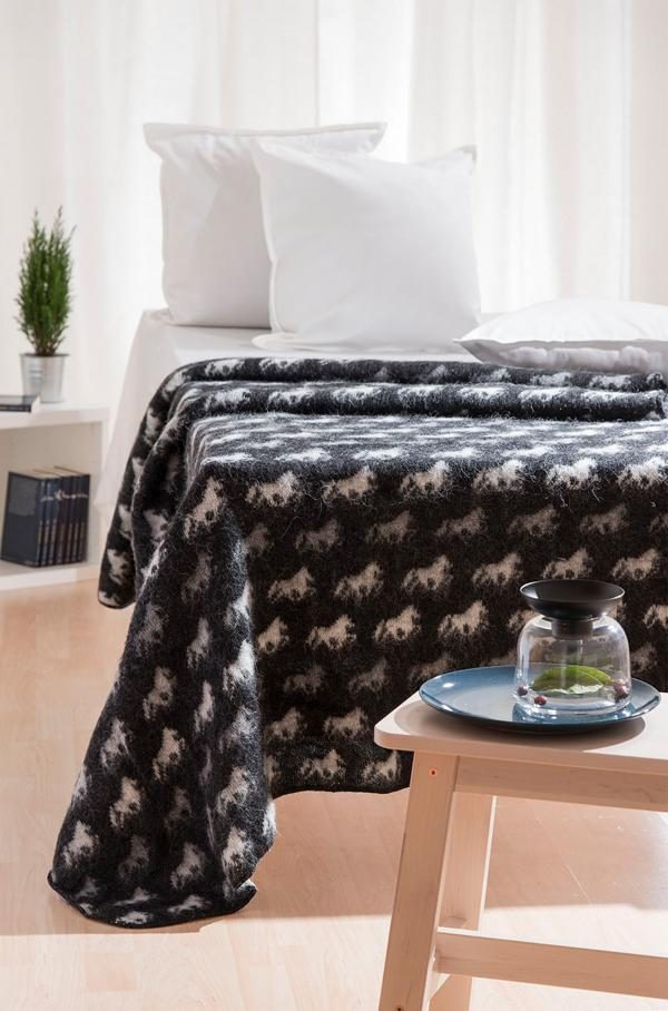 Wool Blanket Fákur with Icelandic Horses on both sides. Colour: black