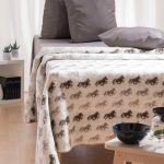Wool Blanket Fákur with Icelandic Horses on both sides. Colour: beige