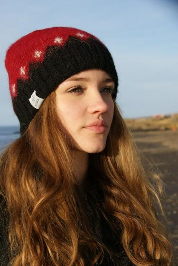 Red wool cap Fjall with black and white pattern. Cottonlining.
